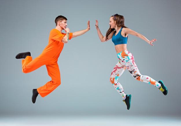 El hombre, la mujer bailando coreografía de hip hop