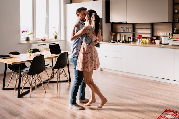 Hombre y mujer bailando en un interior moderno