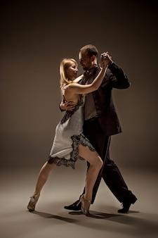 El hombre y la mujer bailando tango argentino