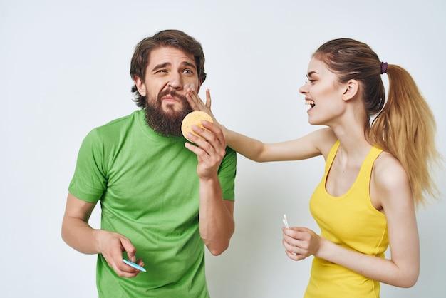 Hombre y mujer en el baño, cuidado personal, higiene matutina.