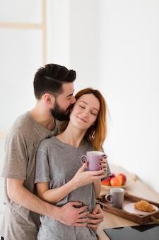 Hombre y mujer bebiendo café por la mañana
