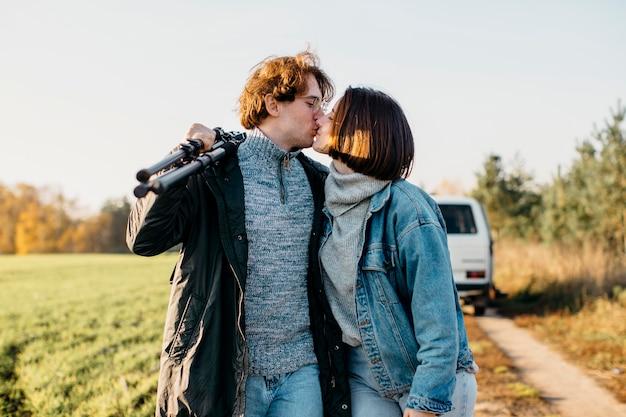 Hombre y mujer besándose cerca de su camioneta