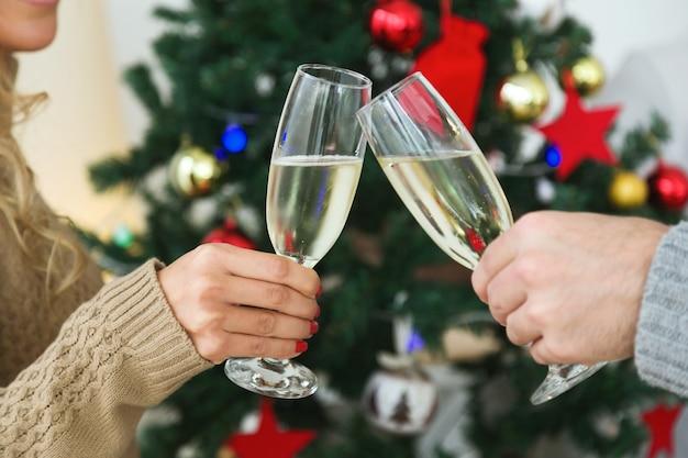 Hombre y mujer brindando con copas de champán