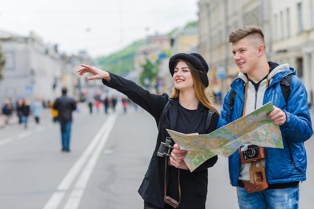 Hombre y mujer en la calle con el mapa