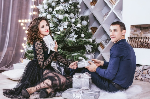 Hombre y mujer en casa con decoración navideña