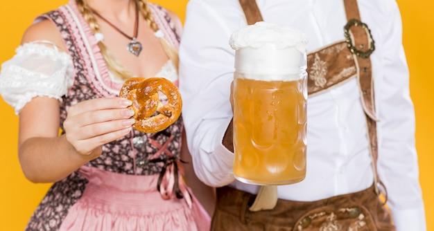 Hombre y mujer celebrando el oktoberfest
