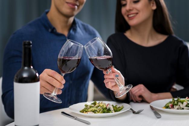 Hombre y mujer con una cena romántica de san valentín