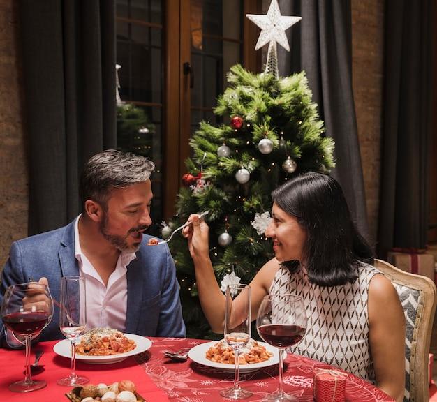 Hombre y mujer cenando en navidad