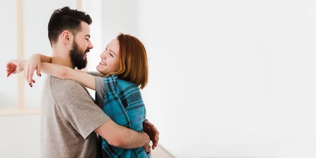 Hombre y mujer en la cocina con espacio de copia