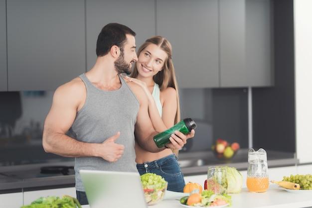 Un hombre y una mujer en la cocina por la mañana.