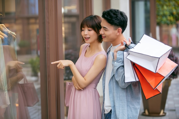Hombre y mujer, con, colorido, bolsas de compras