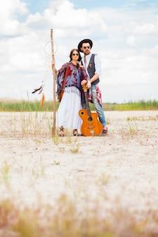 Hombre y mujer como hipsters boho contra el cielo azul