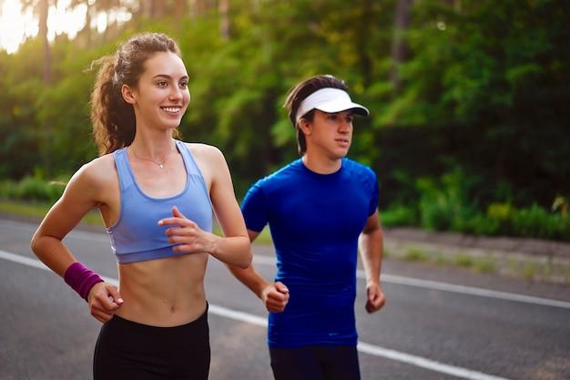 Hombre y mujer corriendo al aire libre