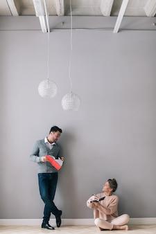 Hombre y mujer con cuadernos en sus manos