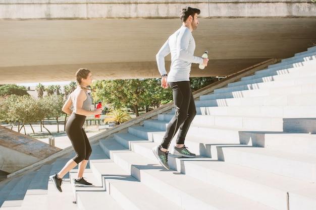 Hombre y mujer ejecutando pasos de trabajo