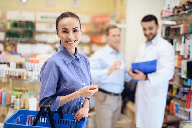 El hombre y la mujer elegir medicamentos en farmacias.