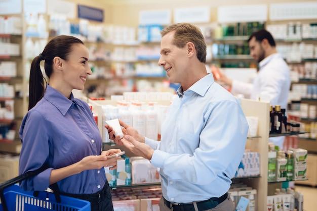 Hombre y mujer elegir medicamentos en farmacias.
