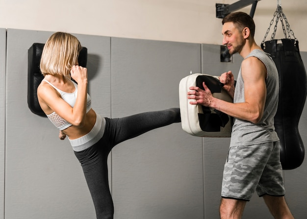 Hombre y mujer entrenando en el gimnasio