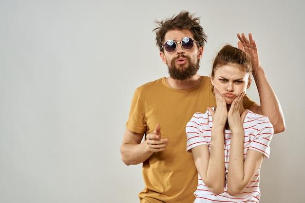 Hombre y mujer con estilo y descuidado, pareja hippie, locos se divierten