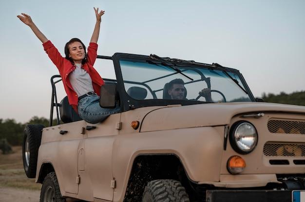 Hombre y mujer feliz viajando juntos en coche