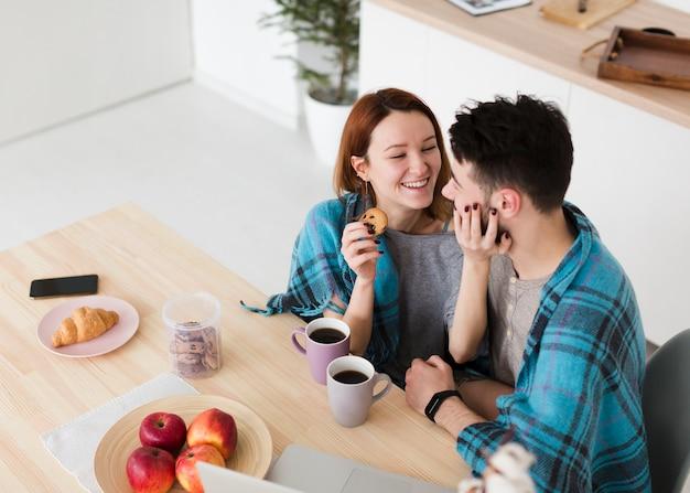 Hombre y mujer hablando alta vista