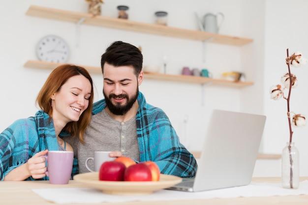 Hombre y mujer hablando vista frontal
