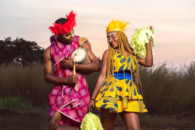 Hombre y mujer con instrumento en carnaval