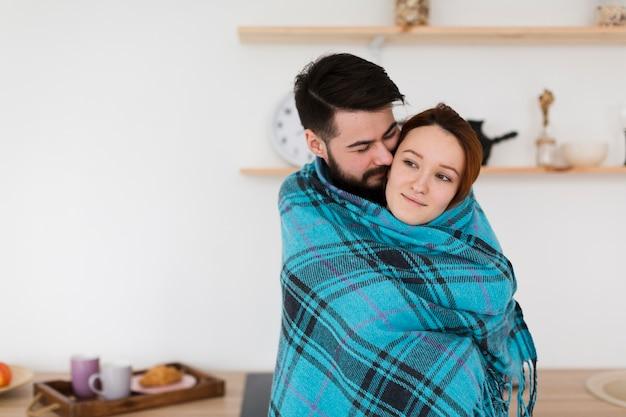 Hombre y mujer juntos en una manta