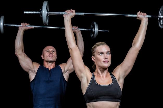 Hombre y mujer levantando crossfit