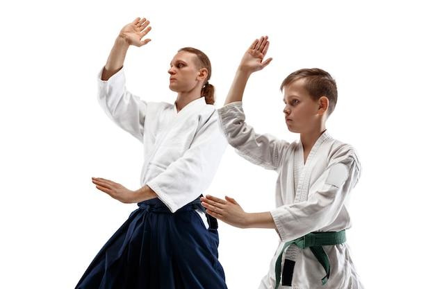 Hombre y mujer luchando en el entrenamiento de aikido en la escuela de artes marciales