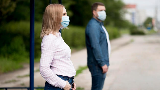 Hombre y mujer manteniendo la distancia social.