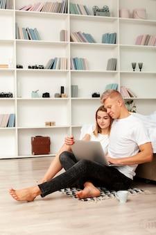 Hombre y mujer mirando una película en la computadora portátil