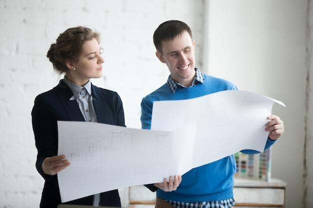 Hombre y mujer mirando un plano