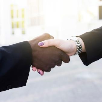 Hombre y mujer de negocios apretando manos