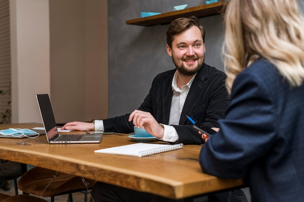 Hombre y mujer de negocios hablando de un proyecto de trabajo