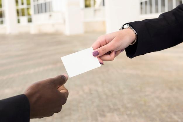 Hombre y mujer de negocios intercambiando tarjeta de visita