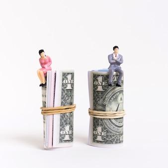 Hombre y mujer de negocios sentado en dinero