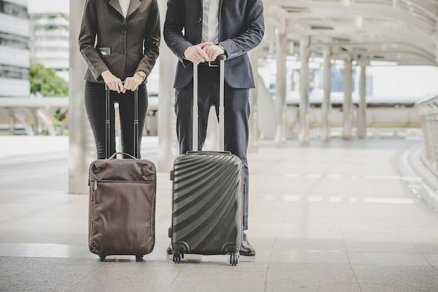 Hombre y mujer de negocios van en viaje de negocios.