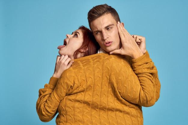 Hombre y mujer pareja posando en un suéter, una fuerte pareja de amantes