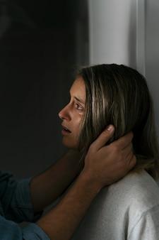Hombre y mujer peleando en casa