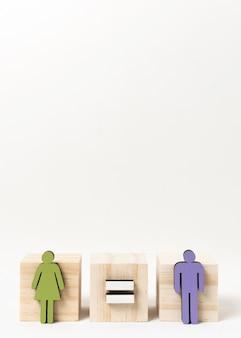 Hombre y mujer de pie en bloques de madera copia espacio