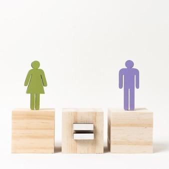 Hombre y mujer de pie sobre bloques de madera
