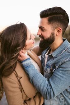 Hombre y mujer que se ven encantadores el uno al otro