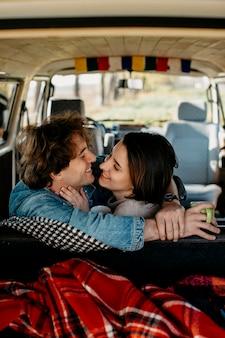 Hombre y mujer queriendo besarse en una furgoneta