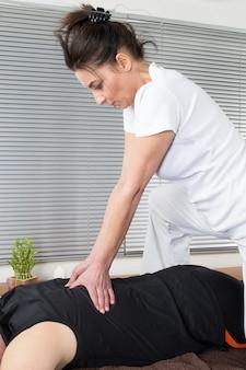 Un hombre y una mujer realizando masaje de espalda