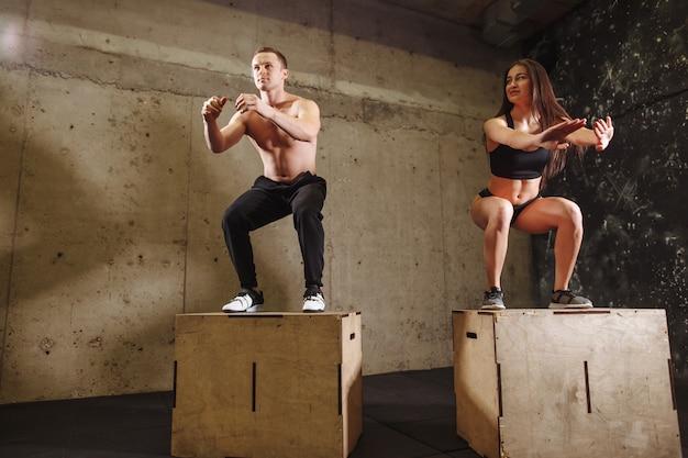 Hombre y mujer saltando en forma de caja