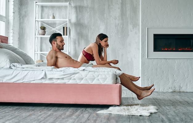 El hombre y la mujer sentados en la cama