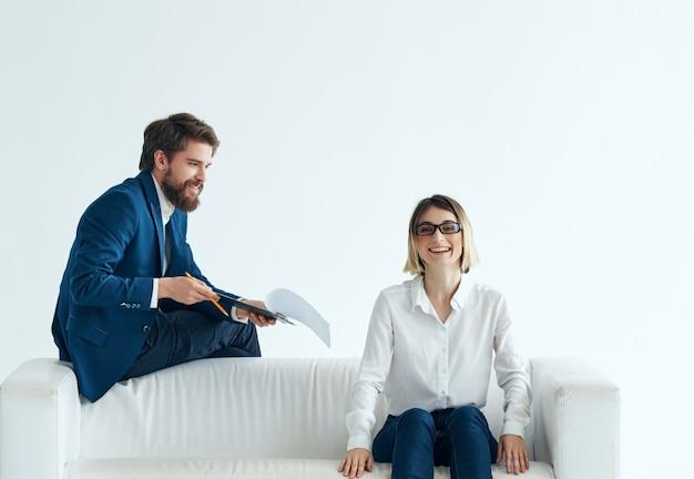 Hombre y mujer sentados en la discusión de trabajo de comunicación de sofá. foto de alta calidad