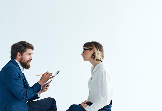 Hombre y mujer sentados en la discusión de trabajo de comunicación de sofá