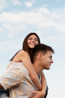 Hombre y mujer sonrientes de tiro medio